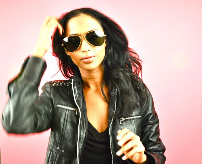 Feven is rockin' classic Ray Ban Aviators